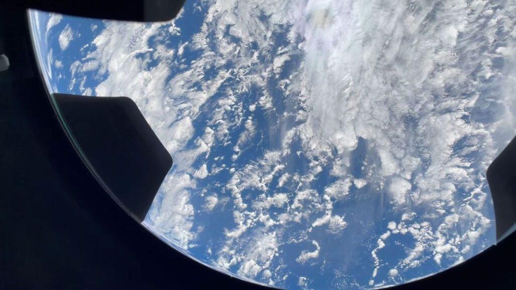 VIDEO Inspiration4 – Cum se vede Pământul prin uriașa cupolă din sticlă a capsulei Crew Dragon a SpaceX